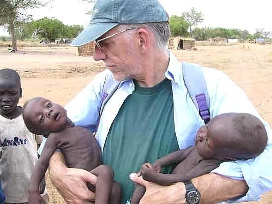 23025-John-Eibner-kümmert-sich-um-hungern