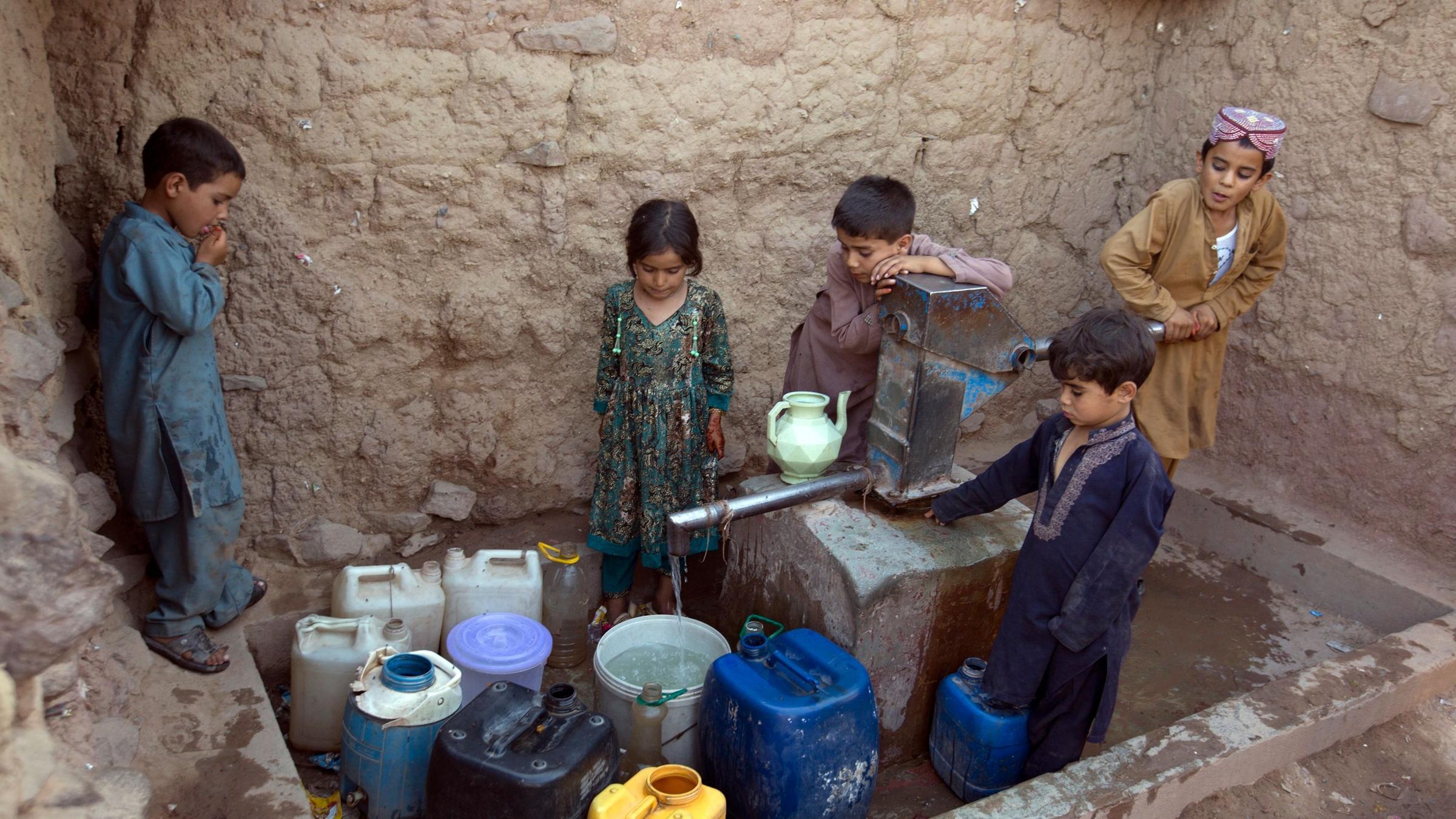 teletext-dpa-image-kinder-in-pakistan-holen-wasser-aus-einem-brunnen-archivbild-100~2400x1350