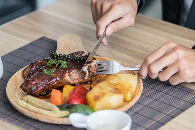 homem-negocios-segurando-garfo-e-faca-comer-bife-negocio-e-food-restaurant-conceito_42331-464