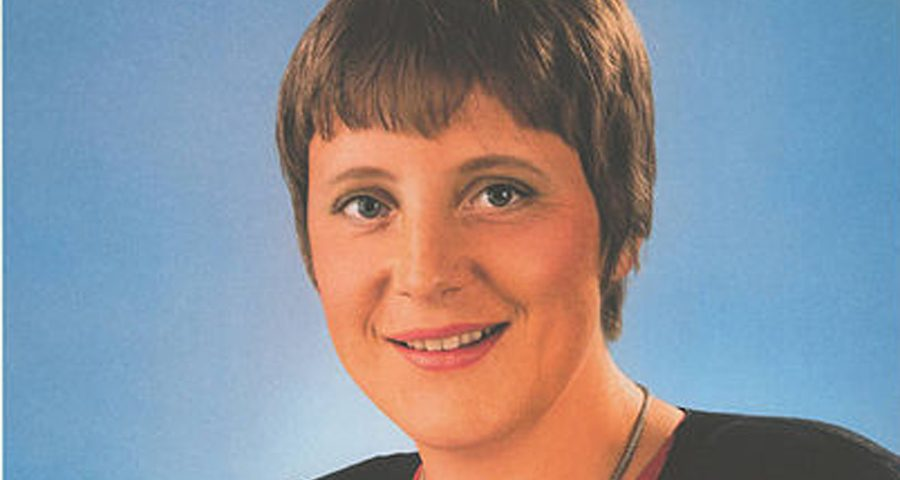 425px-KAS-Merkel_Angela-Bild-14890-2gr-900x480